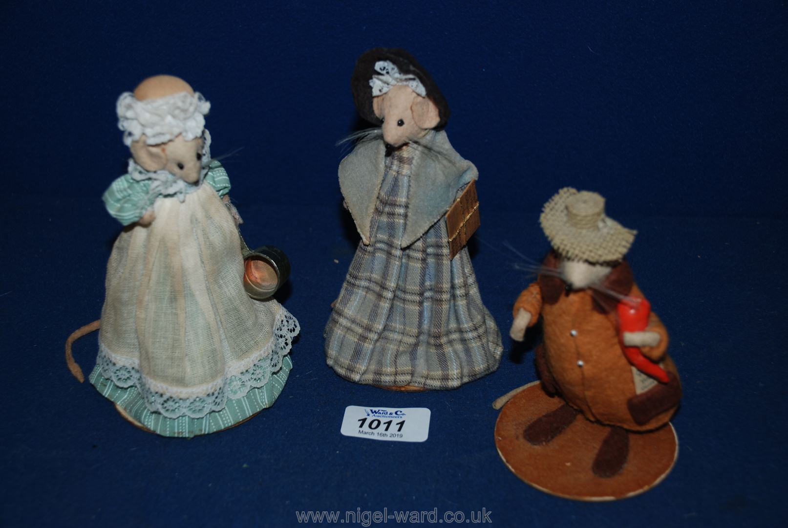 Lot 1011 - A collectable vintage Diana Freeman figure of Mice.