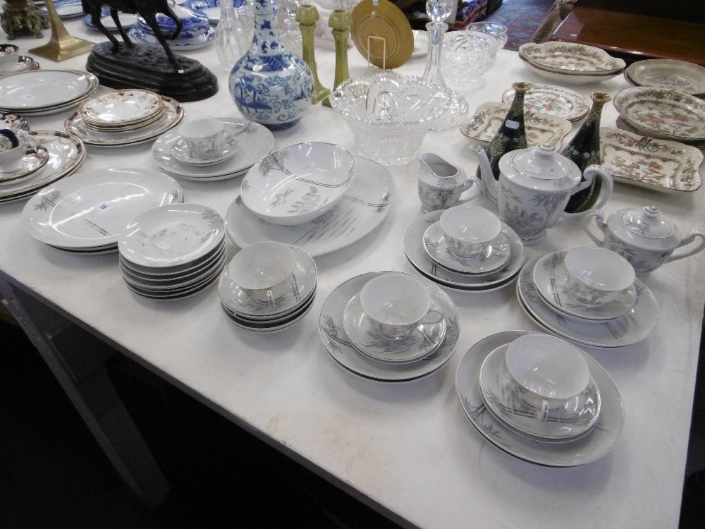 Lot 94 - A part tea and dinner set