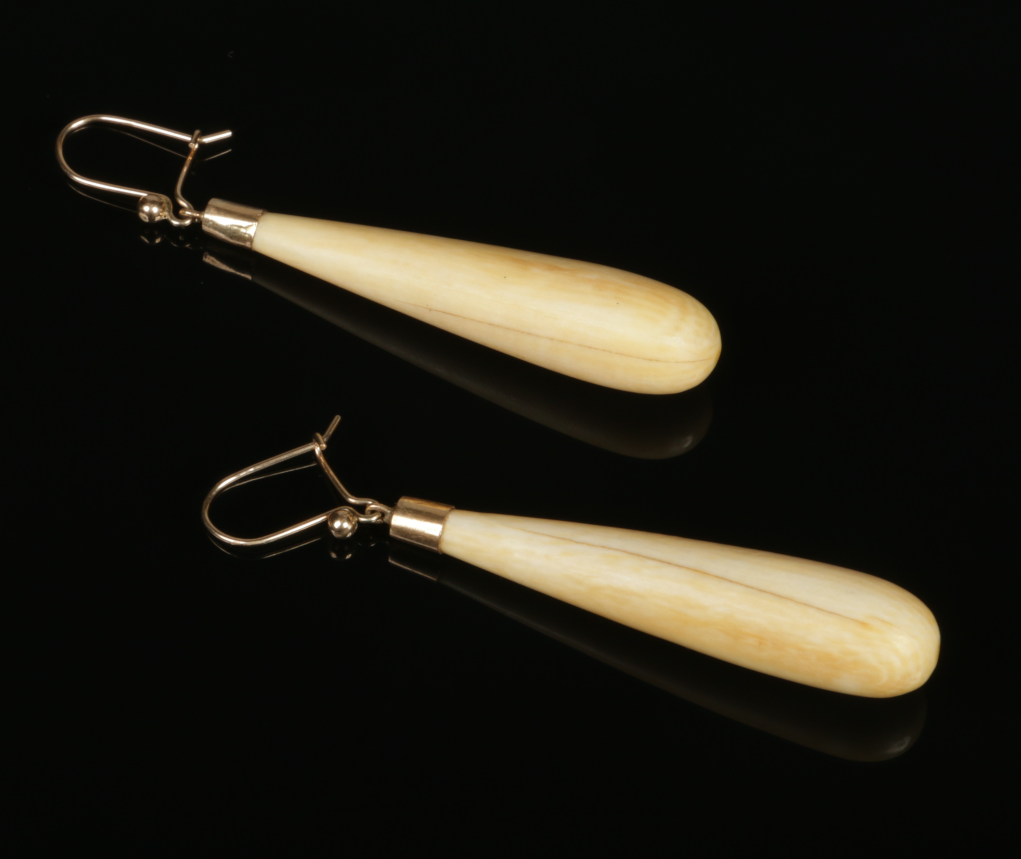 Lot 436 - A pair of early 20th century 9 carat gold mounted turned ivory drop earrings, 47mm.Condition