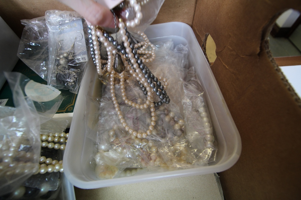 Lot 55 - Quantity of mixed pearls, simulated pearl jewellery