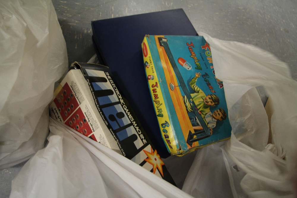 Lot 40 - Selection of vintage board games, puzzles including connect 4, mastermind, The London game,