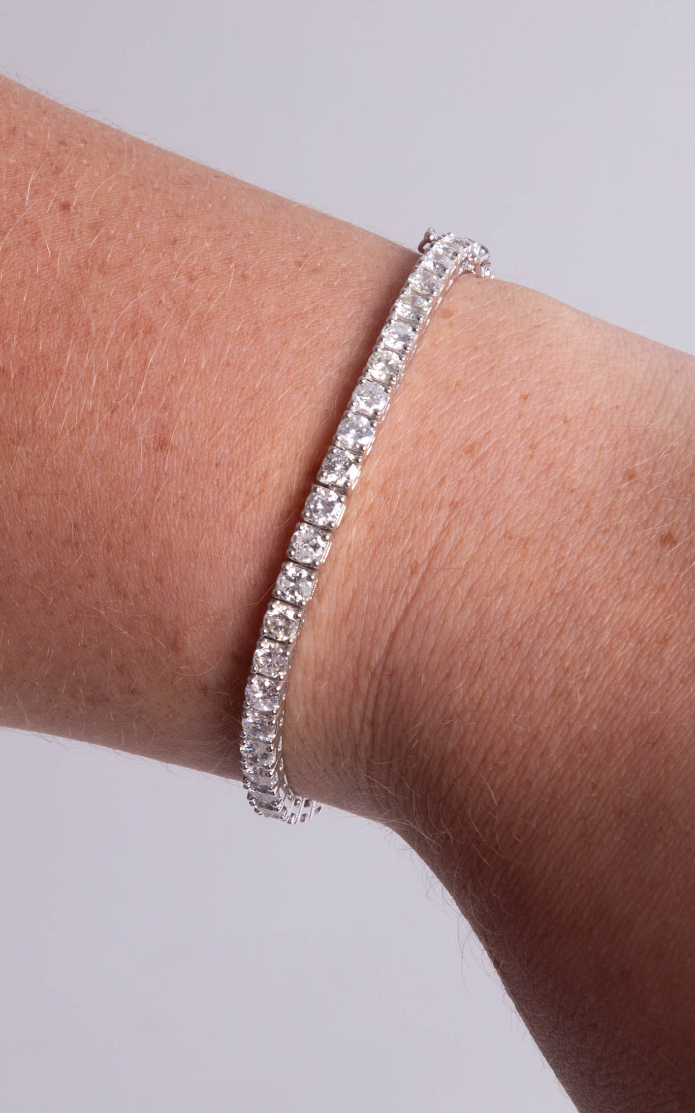 Lot 040 - A fine 18ct white gold and diamond set bracelet, set with approx 8.60 carats of diamonds, length