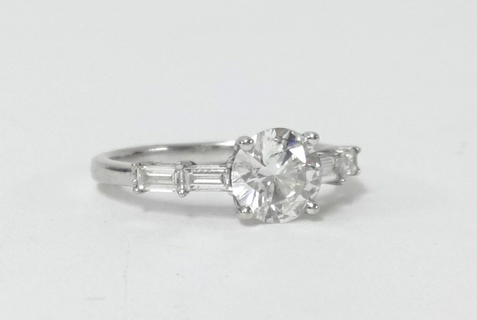 Lot 019 - A good 18ct white gold diamond solitaire ring, the central stone approx 0.91 carats, of VS clarity