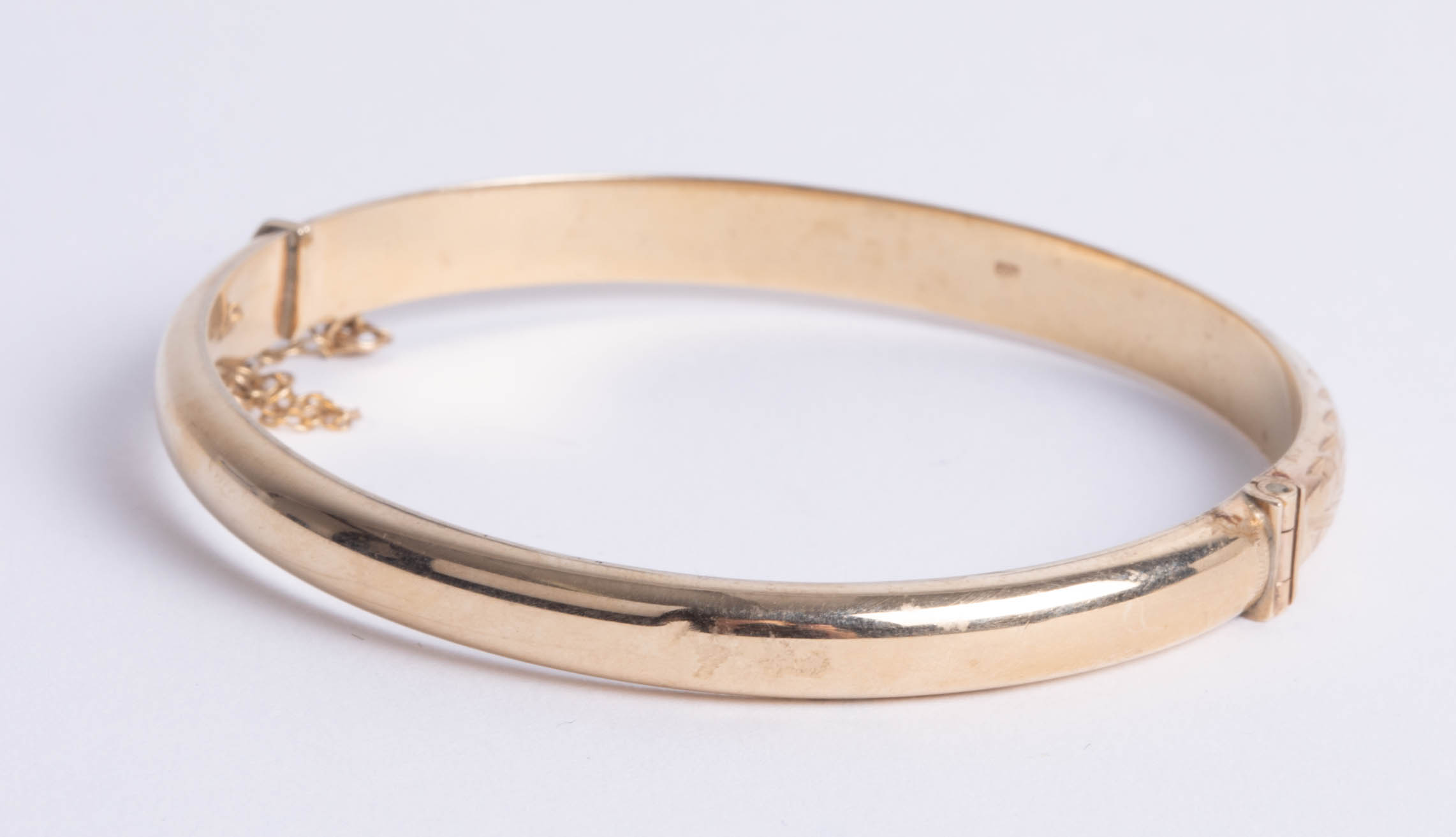 Lot 005 - A 9ct gold bangle, makers mark 'DLM', approx 8.80g.