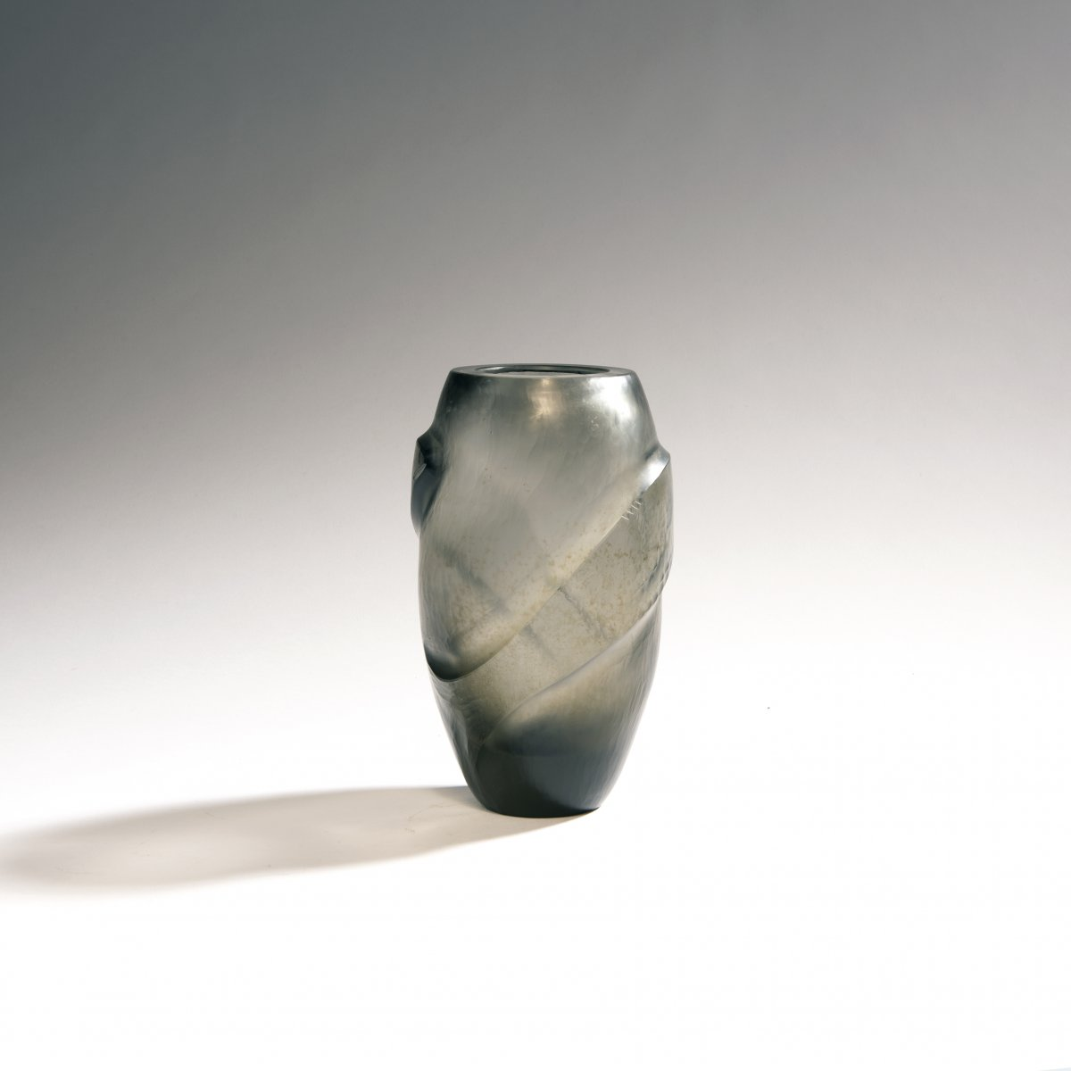 Lot 501 - Carlo ScarpaVase 'Inciso', 1940-42Schlanke Ovalform. H. 19 cm. Ausführung: Venini & C. Graues