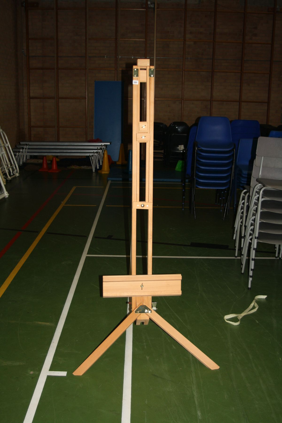 Lot 101 - A MODERN BEECHWOOD ARTISTS ADJUSTABLE EASEL, height adjusted from 170cm to 240cm