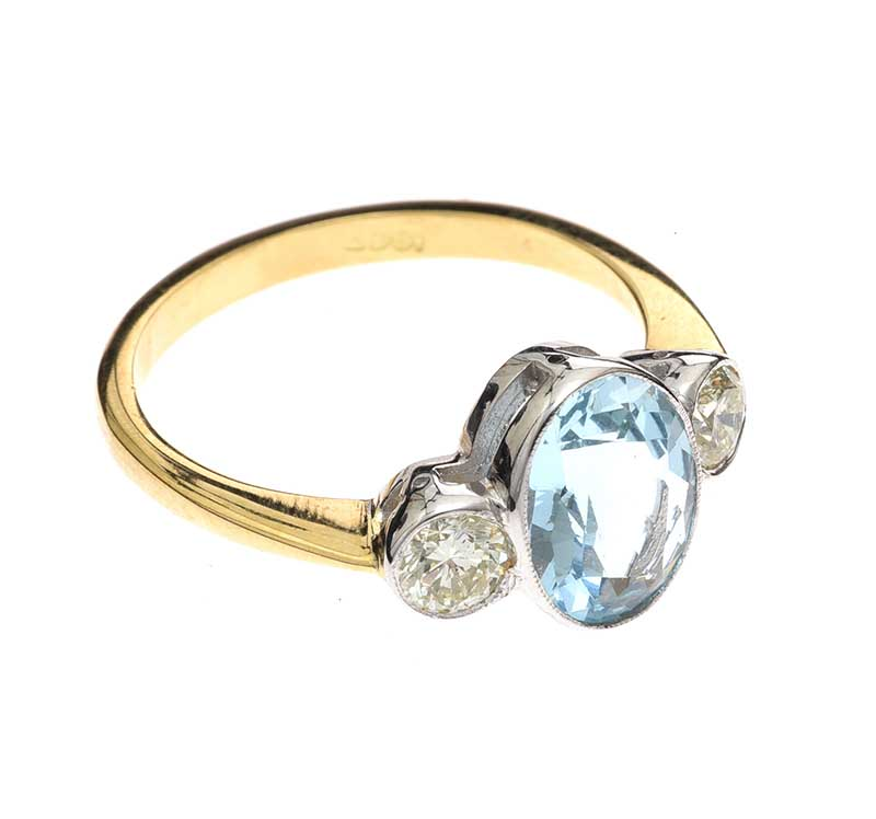Lot 34 - 18CT GOLD AQUAMARINE AND DIAMOND RING