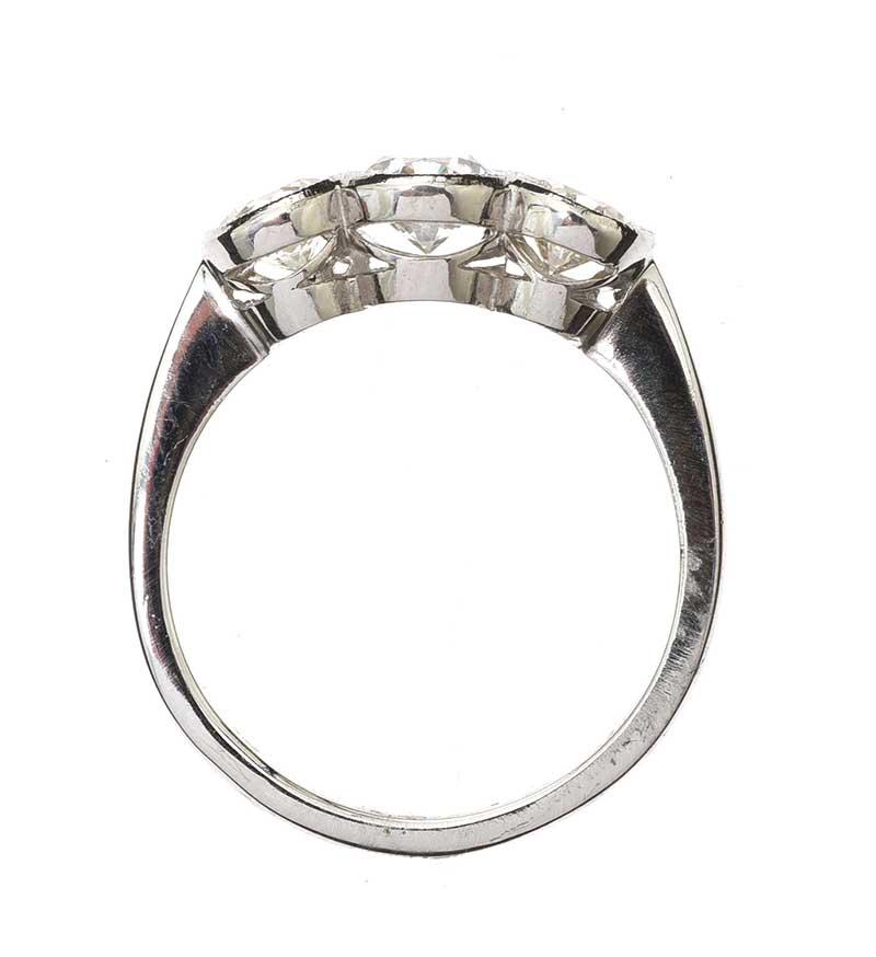 Lot 32 - PLATINUM THREE STONE DIAMOND RING