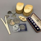 A small quantity of miscellaneous items, including a silver brooch, coins, shirt buttons, etc.