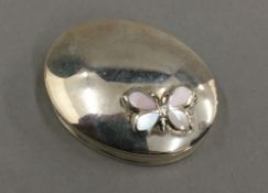 A silver oval mother-of-pearl snuff box
