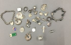 A quantity of various silver jewellery (84.