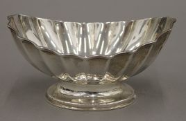 A silver scallop shaped footed bowl (5.
