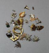 A quantity of earrings,