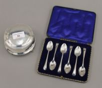 A cased set of silver teaspoons (2.