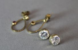 Two pairs of 9 ct gold earrings (2.