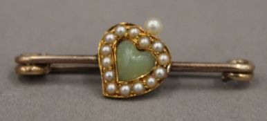 A yellow metal seed pearl and jade set heart brooch (4 grammes total weight)
