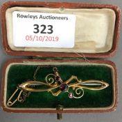 An Edwardian 9 ct gold bar brooch (3.