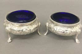 A pair of Victorian silver salts, with blue glass liners (5.