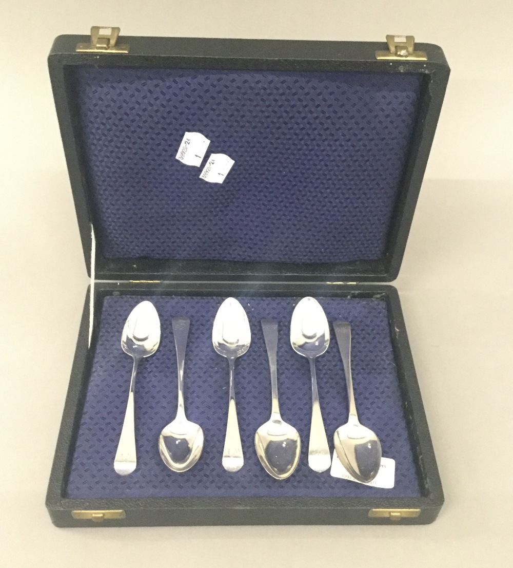 Lot 28 - A harlequin set of six Old English pattern teaspoons by London makers (1797-1818)