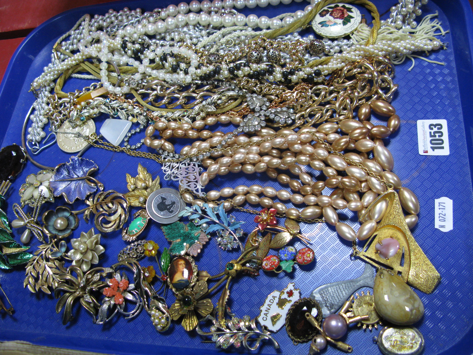 Lot 1053 - A Mixed Lot of Assorted Costume Jewellery, including imitation pearl necklace, beads, etc;