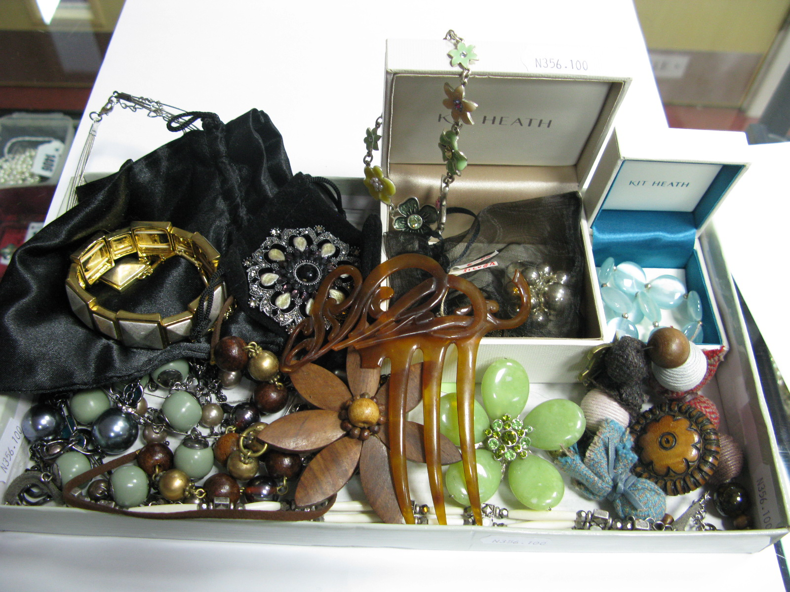 Lot 1259 - Assorted Costume Jewellery, including brooches, hair comb (damaged), etc.
