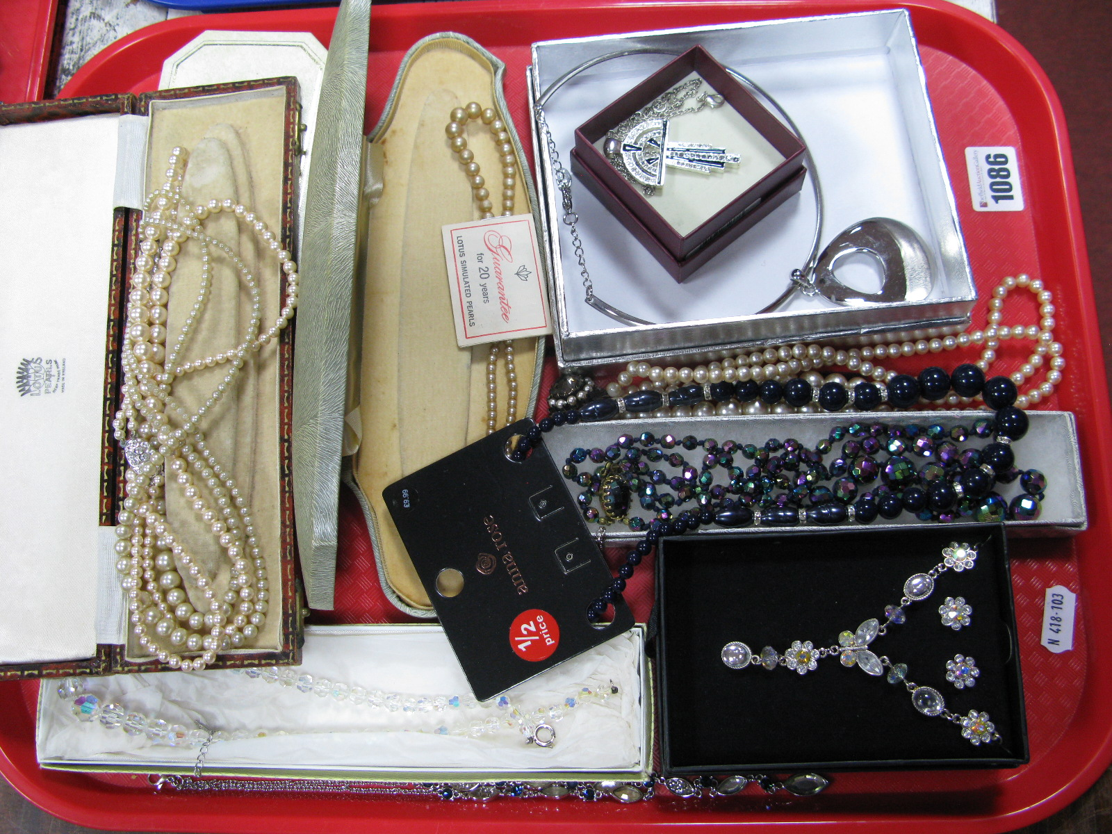 Lot 1086 - A Mixed Lot of Assorted Costume Jewellery, imitation pearls, a modern collarette necklet, etc:-