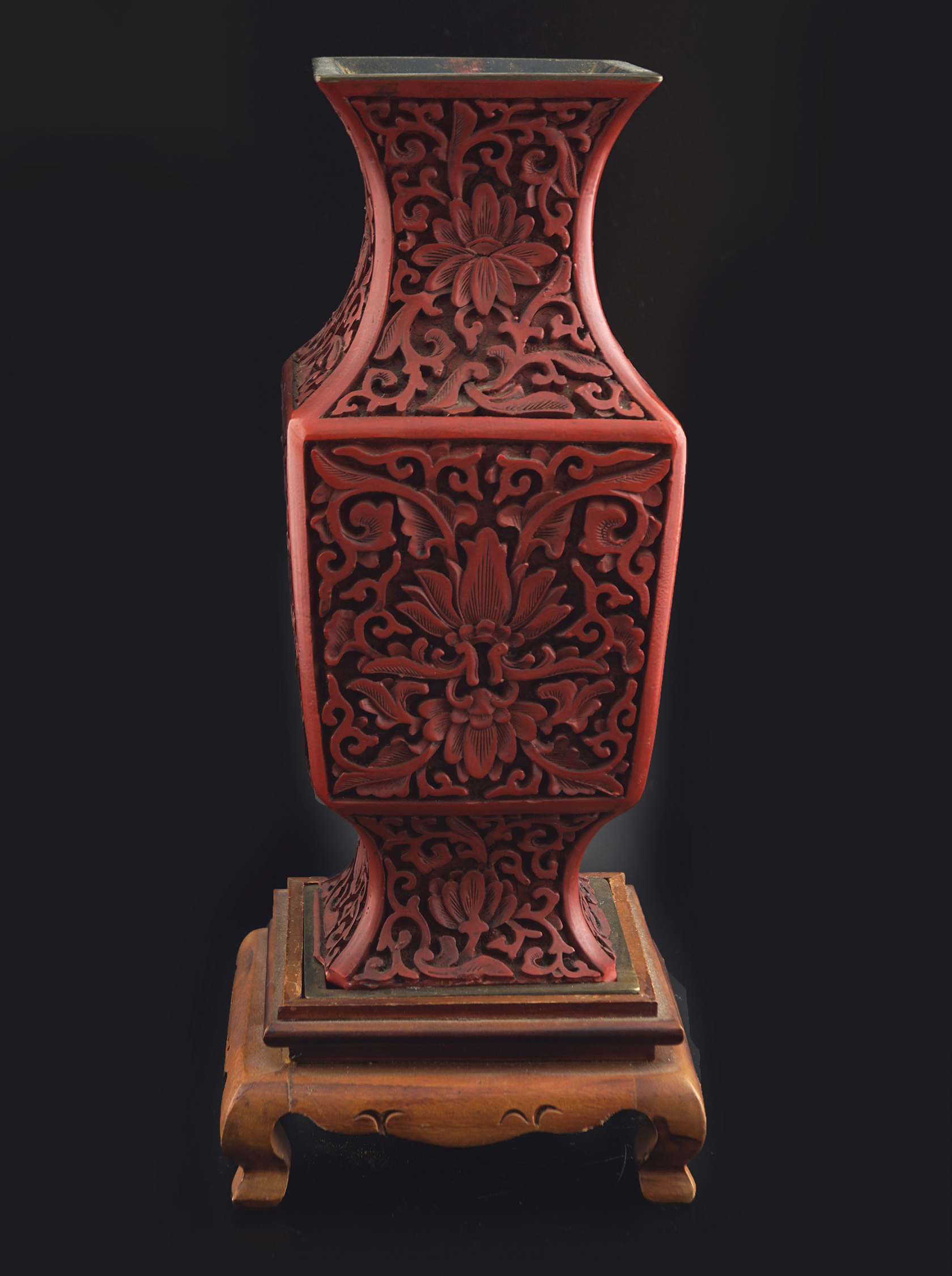 CHINESE QING PERIOD CINNEBAR LACQUERED VASE