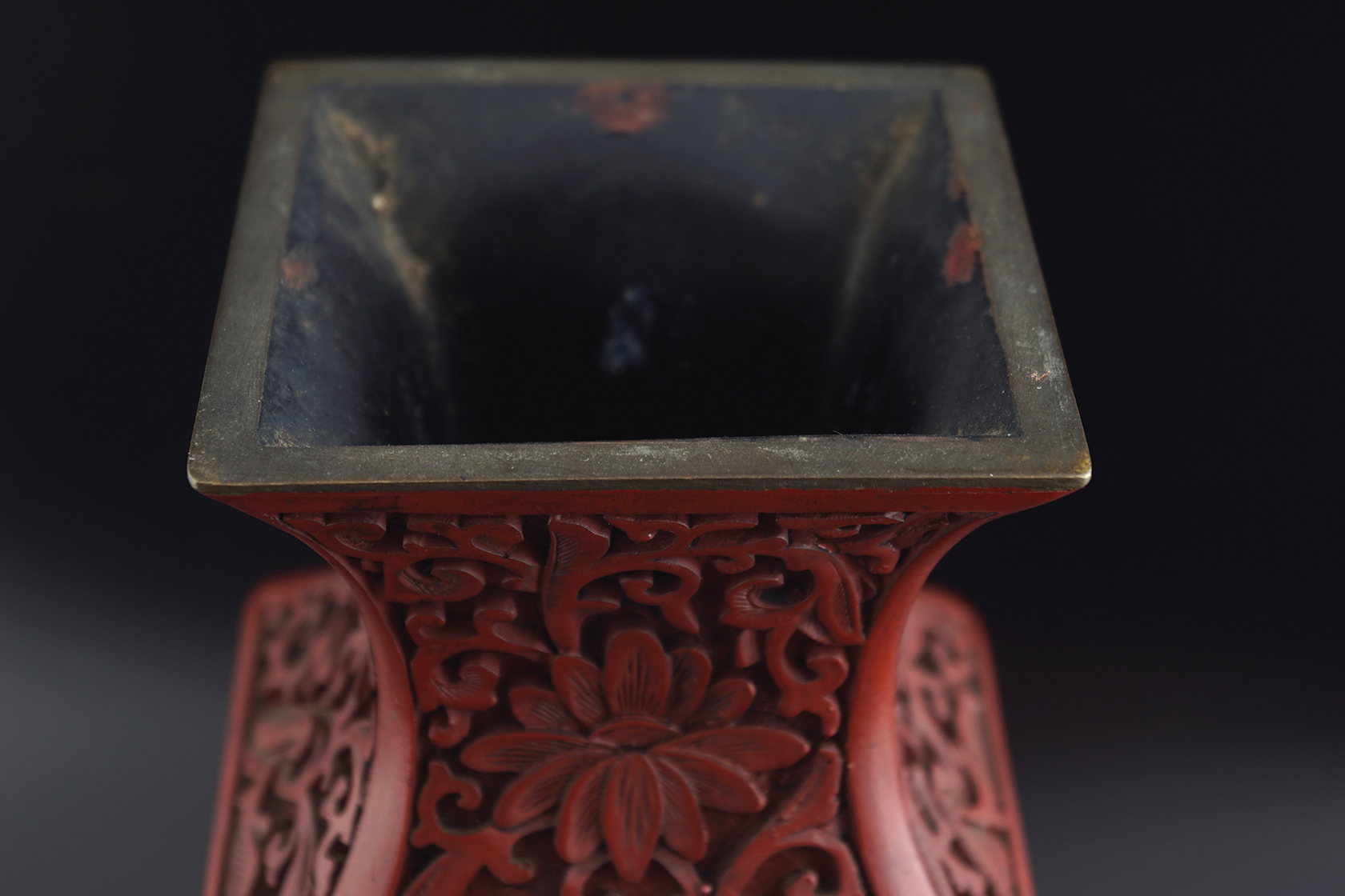 CHINESE QING PERIOD CINNEBAR LACQUERED VASE - Image 3 of 6