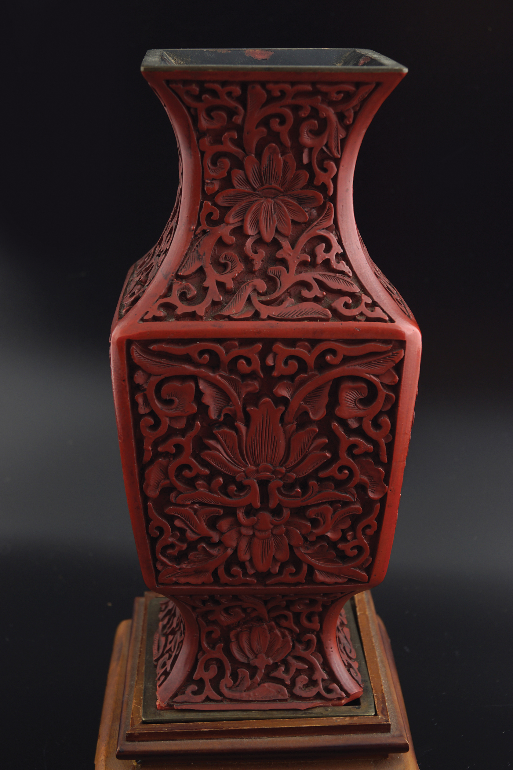 CHINESE QING PERIOD CINNEBAR LACQUERED VASE - Image 5 of 6
