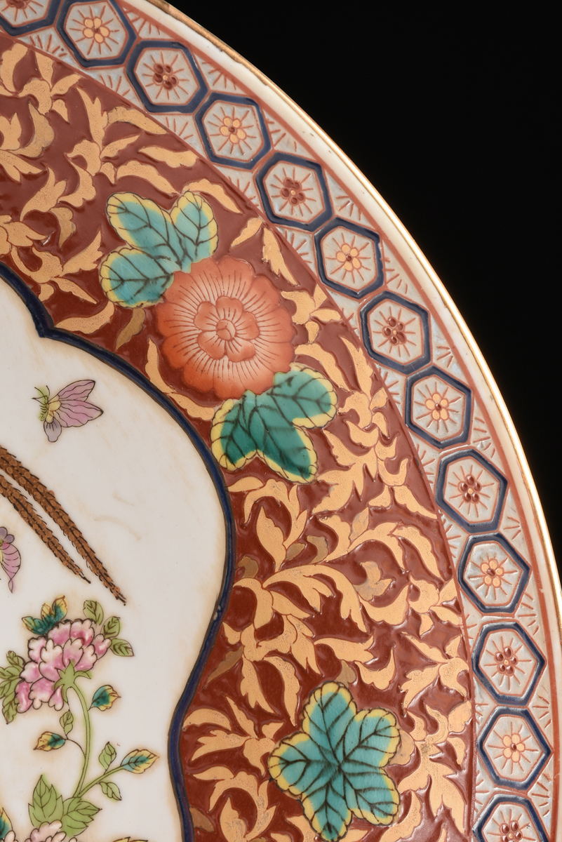 Lot 49 - A PAIR OF CHINESE IMARI STYLE PARCEL GILT AND POLYCHROME PAINTED CHARGERS, MODERN, each of