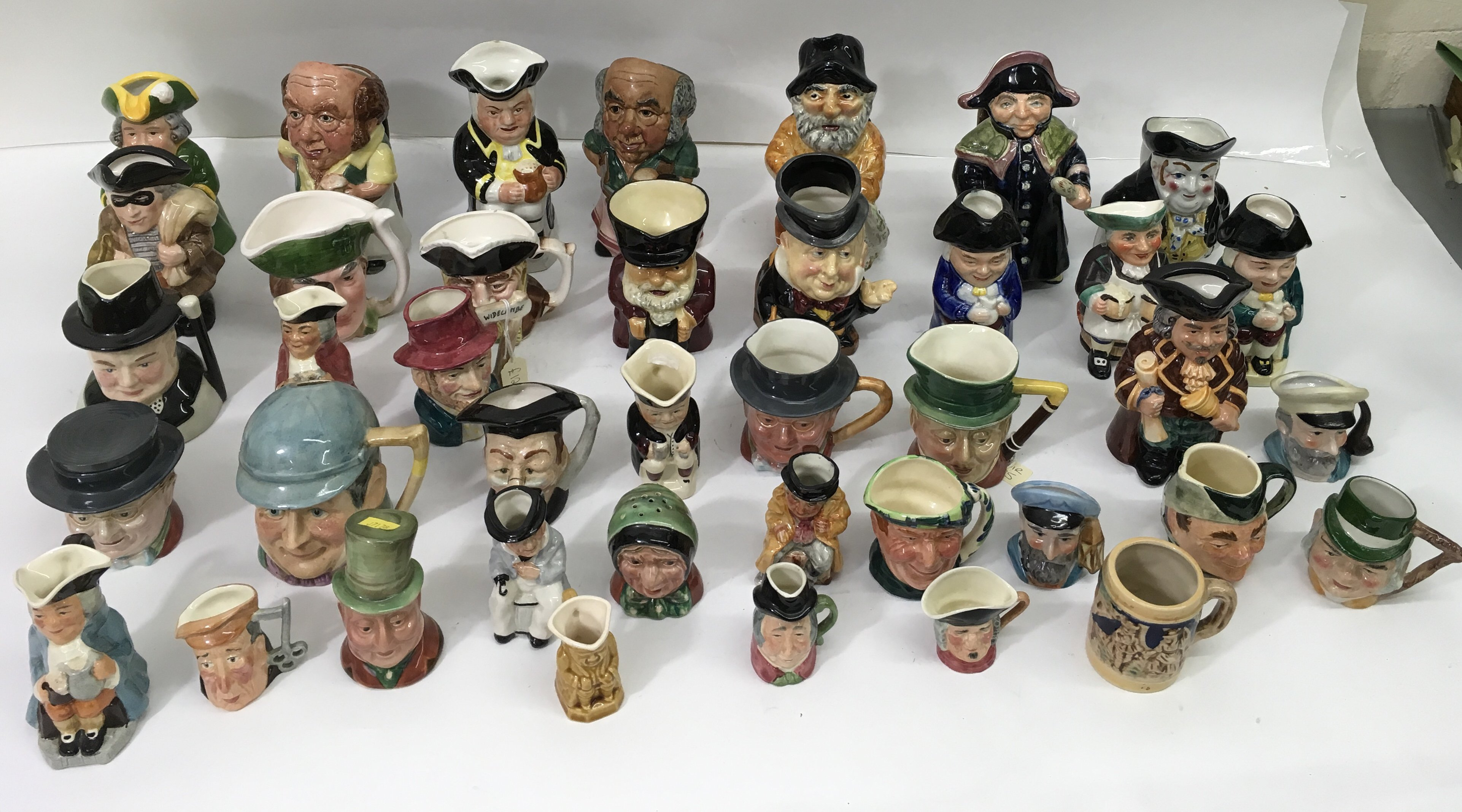 Lot 728 - A large collection of assorted Toby and character