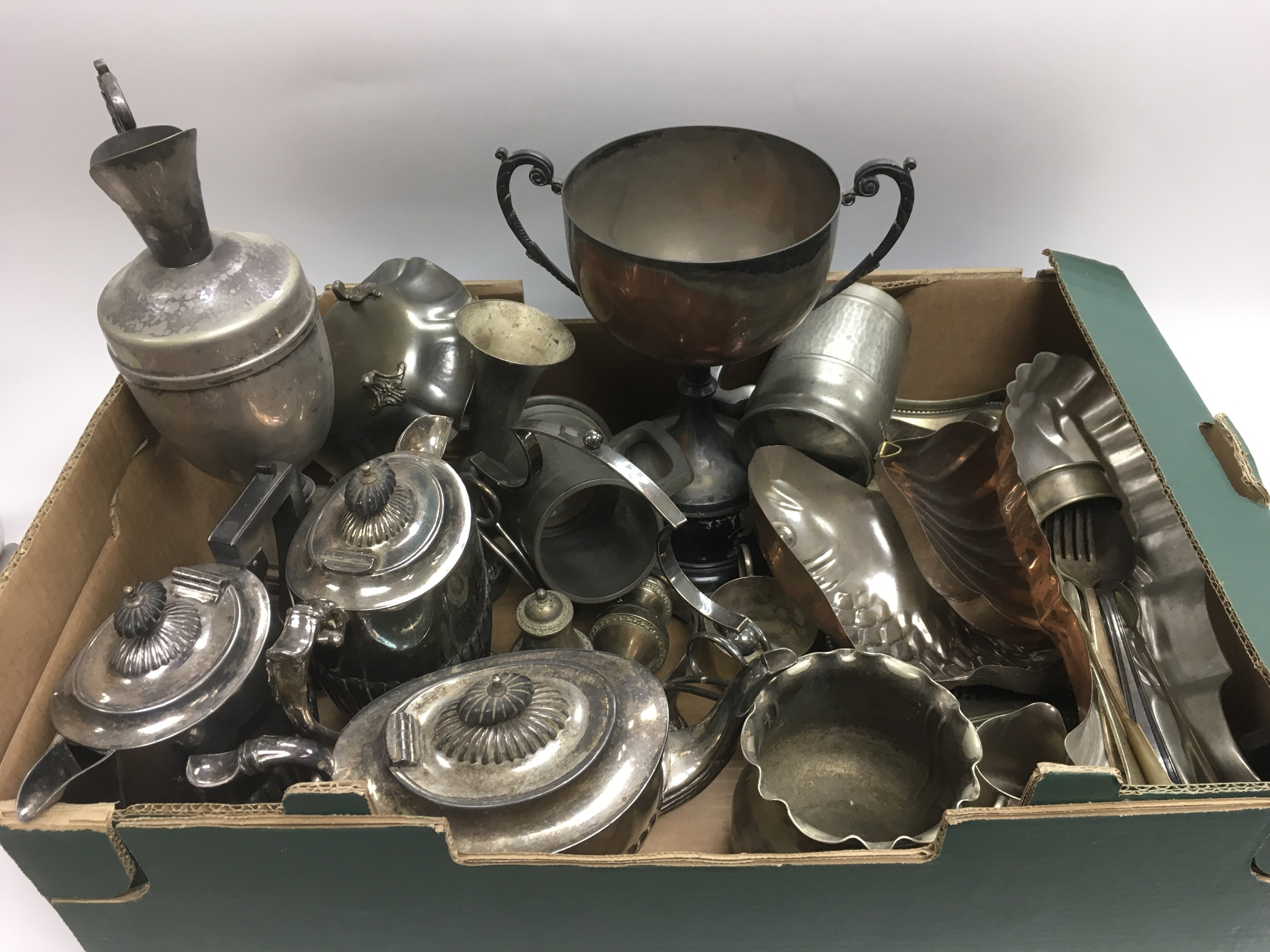 Lot 281 - A box of silver plated items.