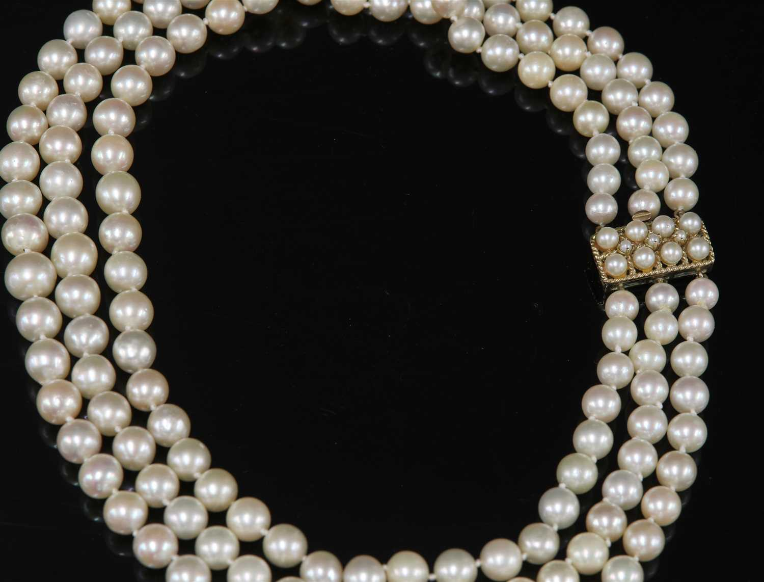 Lot 283 - A three row graduated cultured pearl necklace,