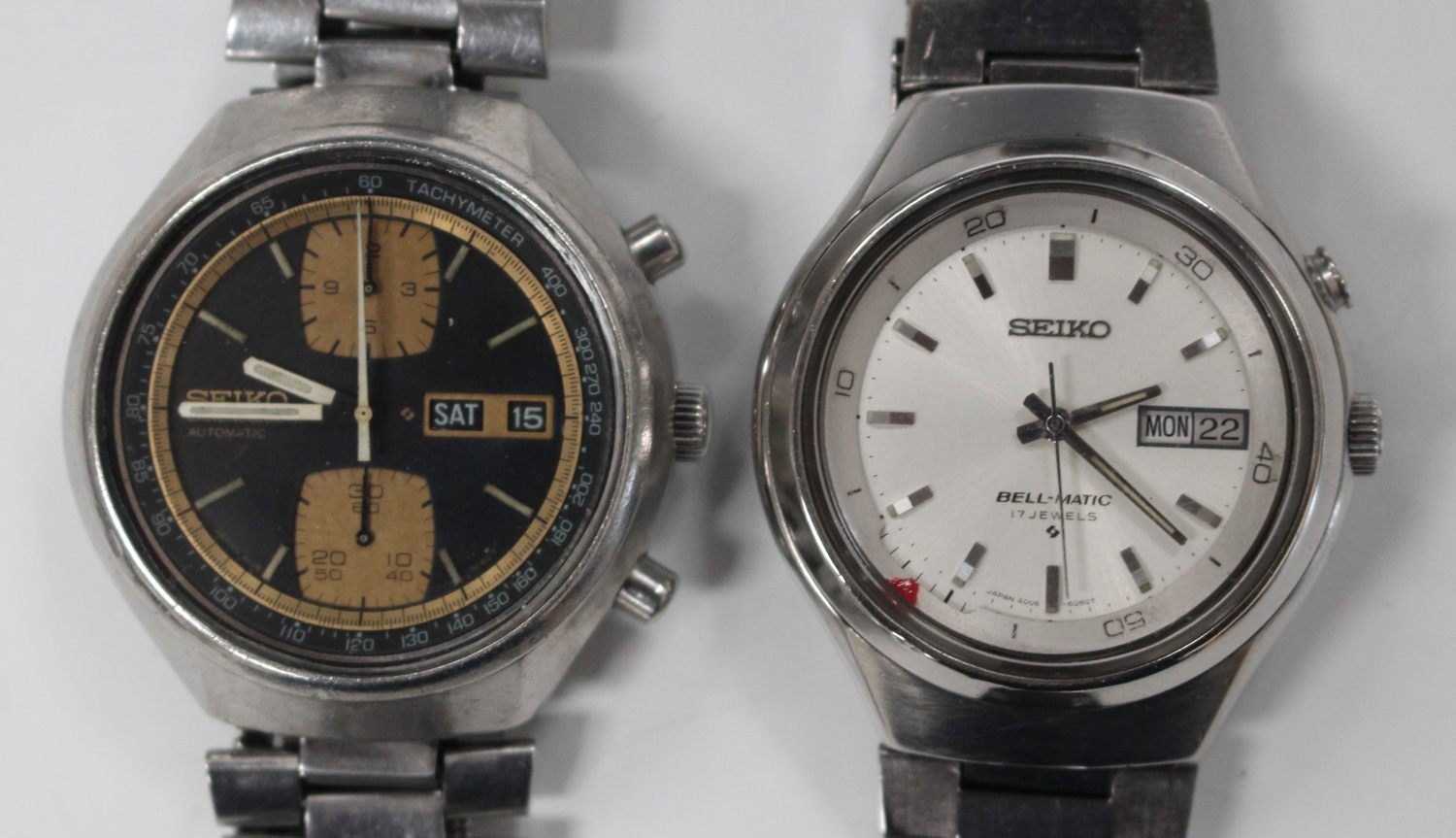Lot 1012 - A Seiko Chronograph Automatic steel gentleman's bracelet wristwatch, the signed black dial with