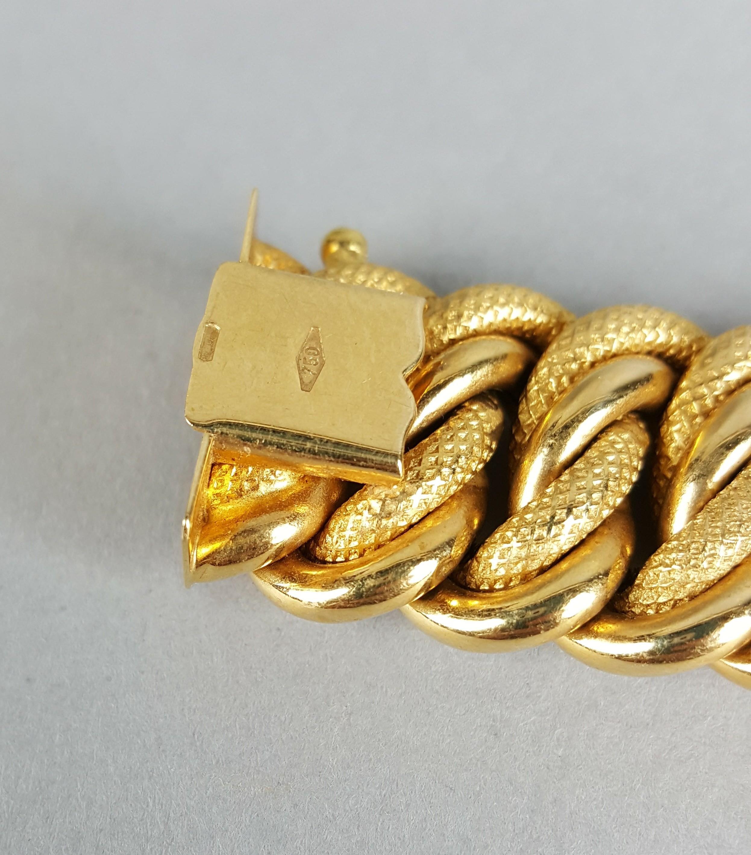 Lot 1 - Bracciale a treccia in oro giallo 18 kt. con cammeo centrale, gr. 44 ca. complessivi. Epoca 1950-'