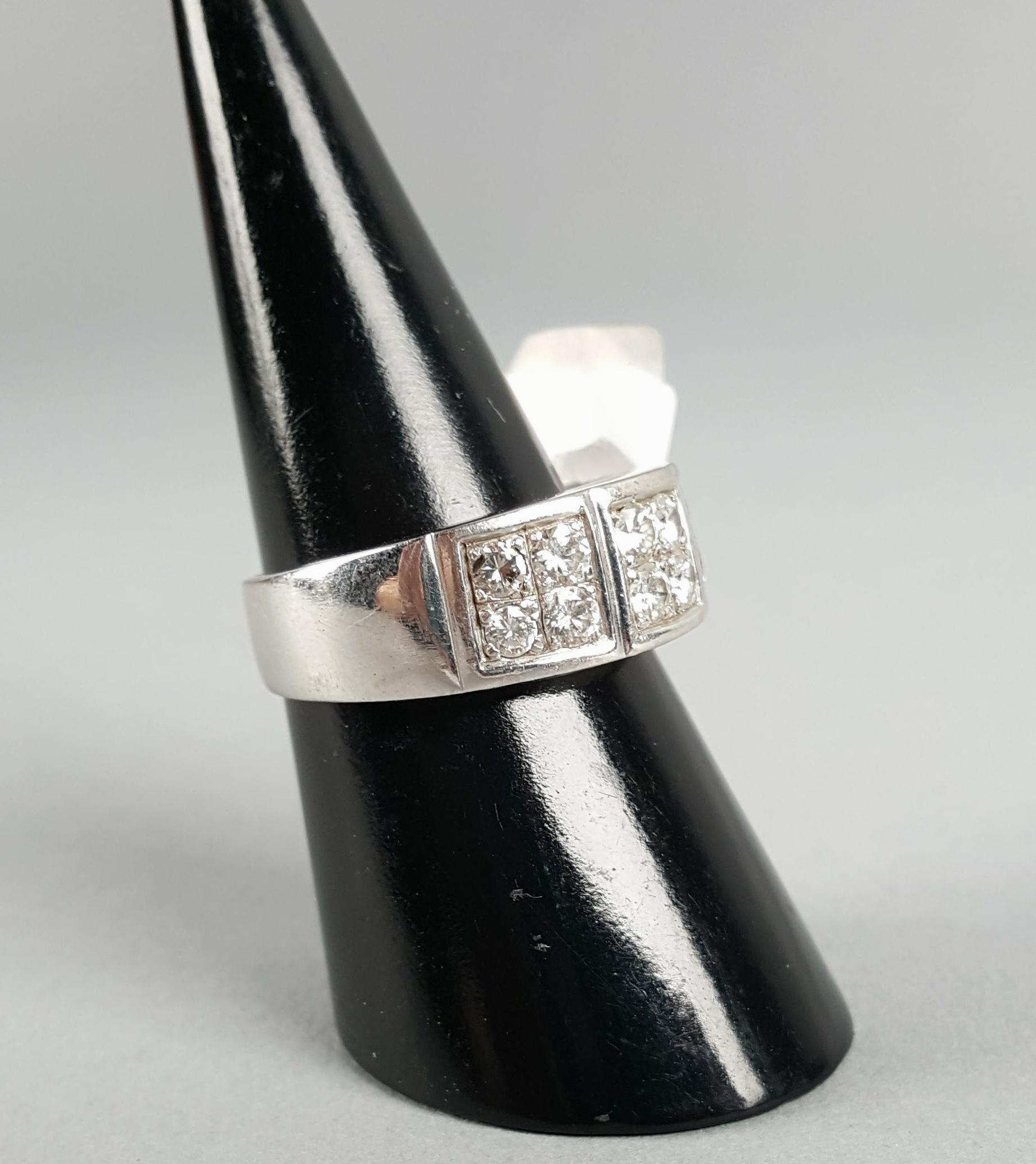 Lot 6 - Anello a fascia in oro bianco 18 kt. con pavè di dodici diamanti, gr. 11 ca. complessivi. Dettagli
