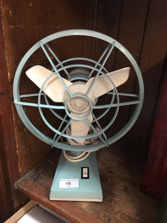 Lot 10 - A retro style Proctor Silex fan, model number F008