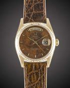 A GENTLEMAN'S 18K SOLID GOLD ROLEX OYSTER PERPETUAL DAY DATE WRIST WATCH CIRCA 1991, REF. 18038 WITH