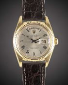 A GENTLEMAN'S 18K SOLID YELLOW GOLD ROLEX OYSTER PERPETUAL DAY DATE WRIST WATCH CIRCA 1974, REF.