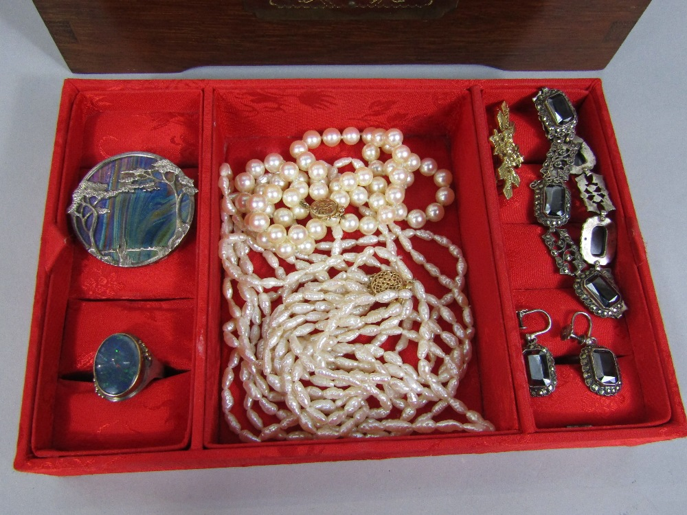 Lot 334 - Collection of silver costume jewellery to include a Ditchfield glass brooch / pendant by Pat