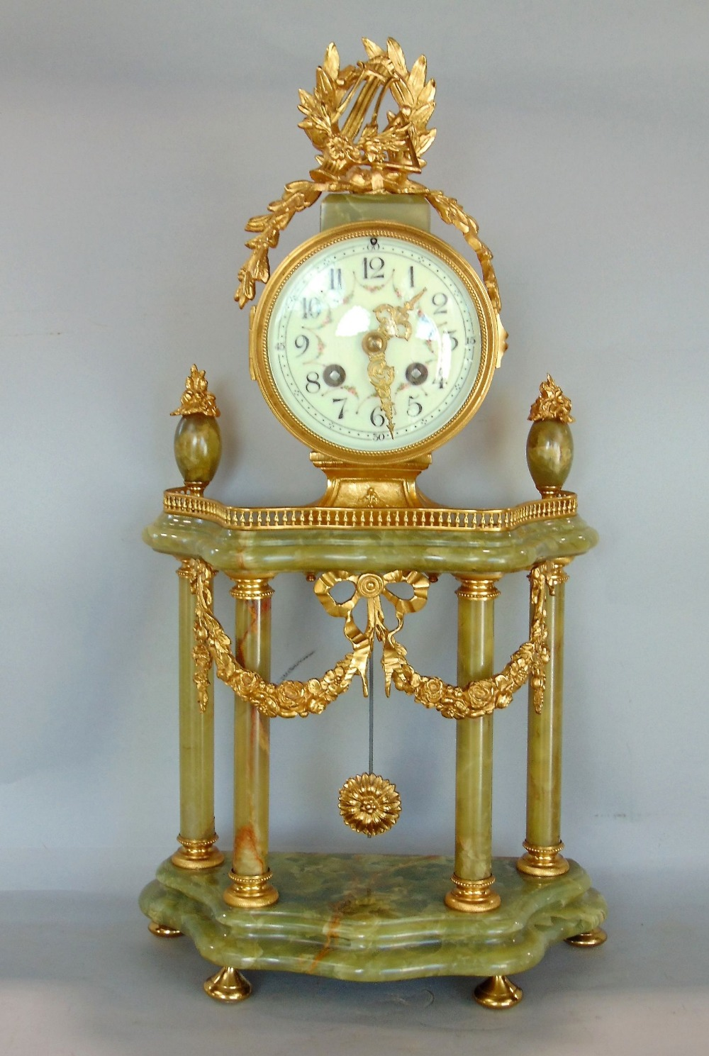 Lot 582 - French gilt metal and agate portico type mantel clock, the twin train drum head movement with Arabic