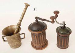 Konvolut Mörser mit Plistill aus Messing. 2 alte Kaffeemühlen. Um 1900. Zustand: II