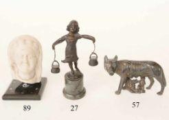 Bronzefigur, kleine WasserträgerinCarl Iffland. Auf Marmorsockel. Signiert. 15cm. Zustand: II