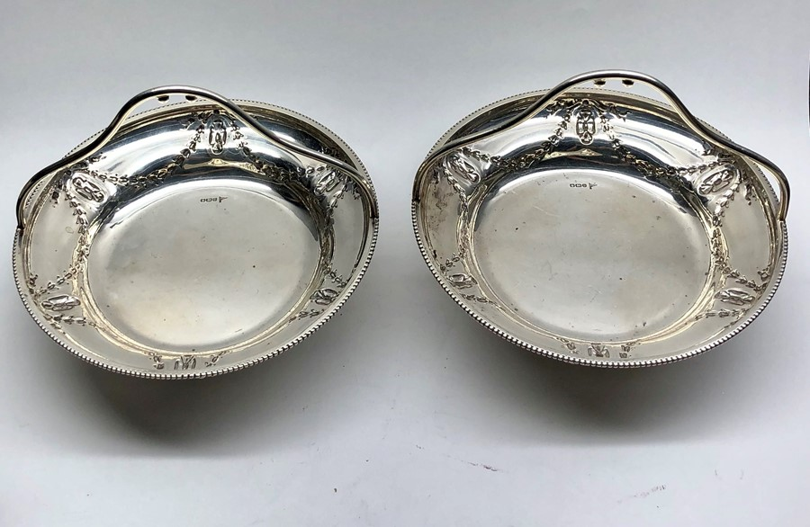 Lot 32 - Pair of antique walker and hall silver fruit baskets sheffield silver hallmarks each measures approx