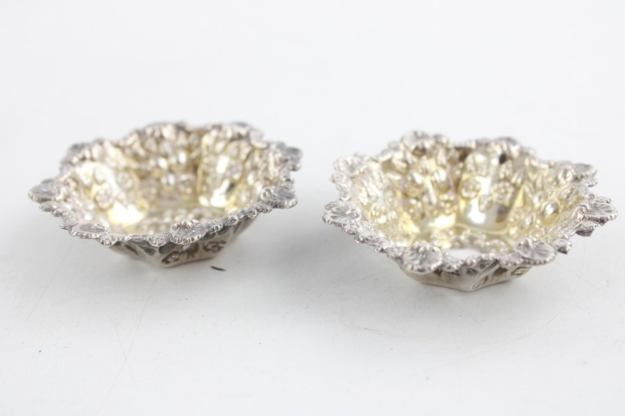 Lot 49 - 3 x Vintage 925 silver associated cruet set Inc Walker and Hall (69g)