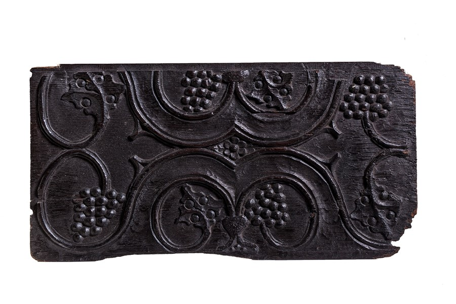 Lot 20 - A parchemin type panel, enriched with grape clusters, 16th century and seven other carvings