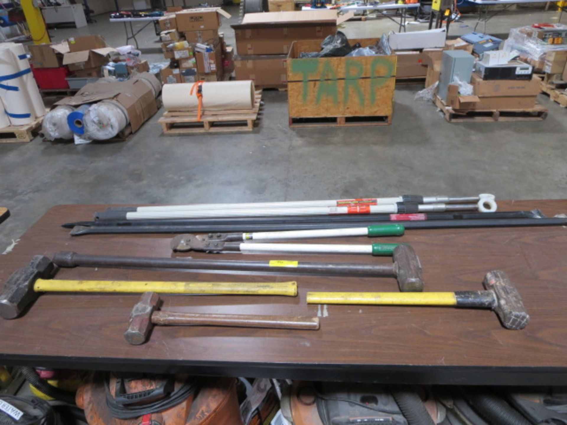 Lotto 186 - Lot of Sledge Hammers, Cutters, Pry Bars, and Pole Extenders, 9pcs