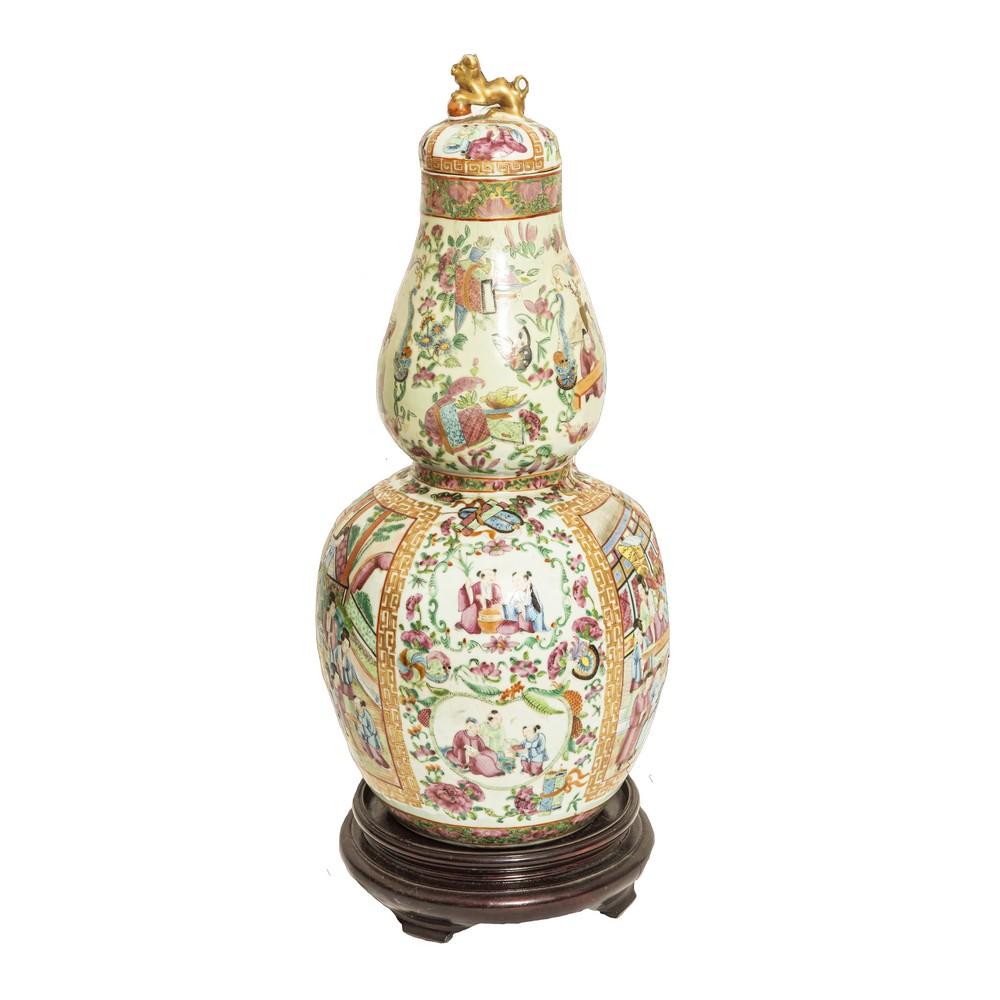 Lot 376 - POTICHE in porcellana decorata con scene di vita orientale, base in legno. Cina XIX secolo Misure: h