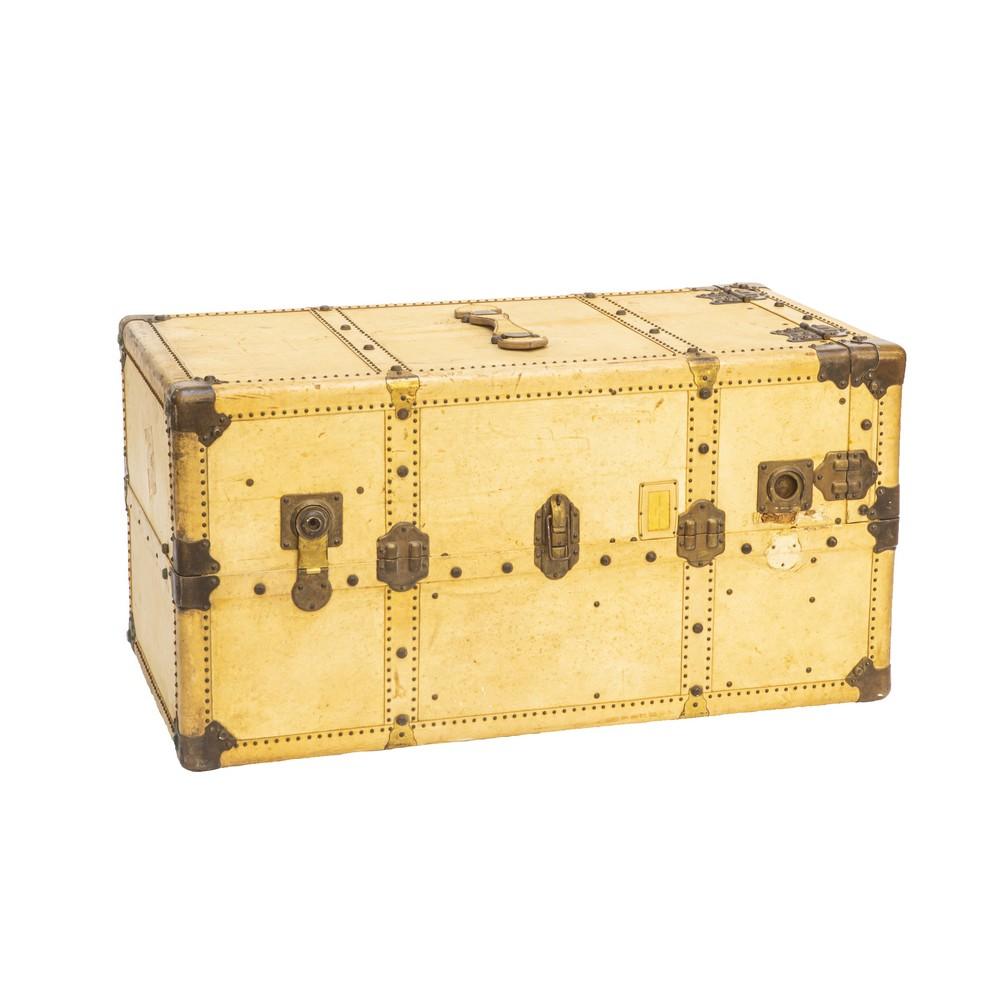 Lot 439 - BAULE rivestito in cuoio con borche in metallo. Italia XX secolo Misure: cm 112 x 56 x h 56