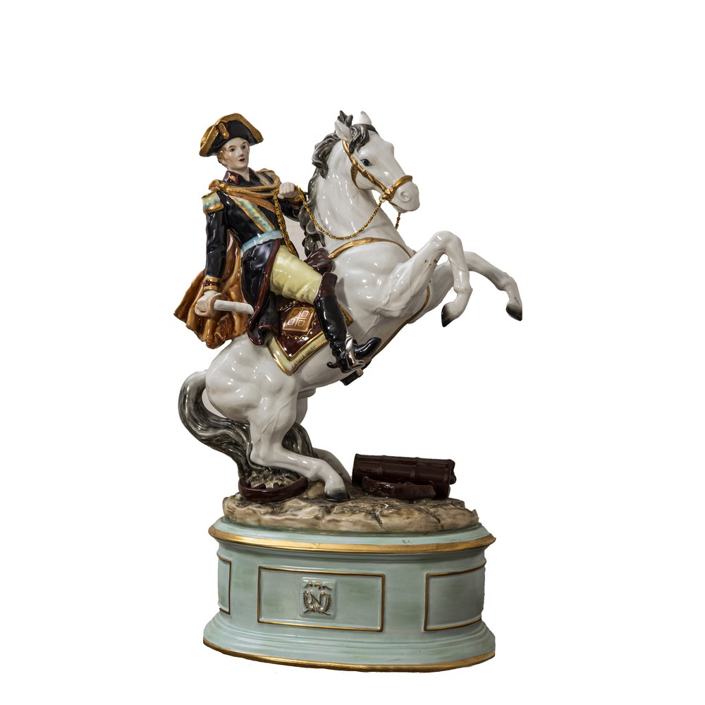 """Lot 617 - SCULTURA in porcellana Capodimonte raffigurante """"Napoleone a cavallo"""". Meta' '900 Misure: cm 39 x 30"""